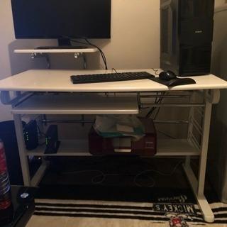 パソコンデスクと液晶モニター