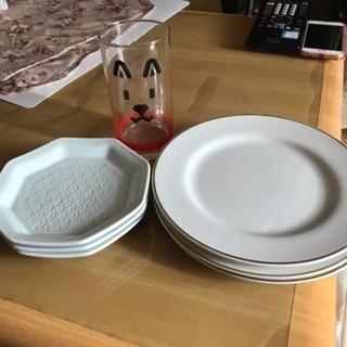 お父さんグラスと、白いお皿3枚ずつになります。