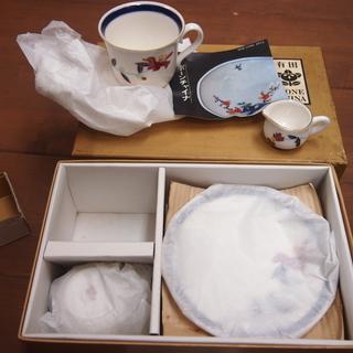新品 未使用 箱入り 有田焼 曲水窯 コーヒーカップ&ソーサー ペア2個 ミルクポット付き - 唐津市