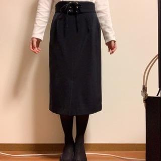 オフィスでもプライベートでも着回せる編み上げリボンのネイビースカート