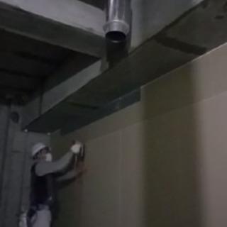 内装工事。マンション、学校、病院などの部屋の壁にボードをはるお仕事です。