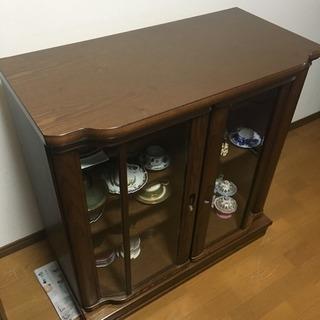 落ち着いた木目の食器棚