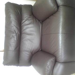 ニトリより、一人用の本皮のソファーを、購入しましたが数か月しか経っ...