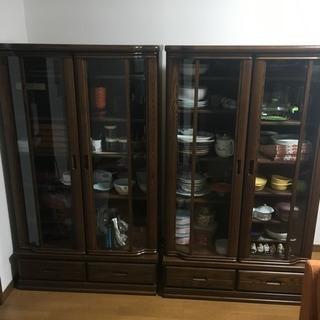 落ち着いた木目の食器棚 (大)2つあります。
