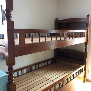 【お話中です】二段ベッドです。スノコで通気性抜群、物入れと宮付きです。