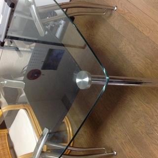 ガラスの4人掛けテーブル