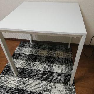IKEA購入の白いダイニングテーブルです