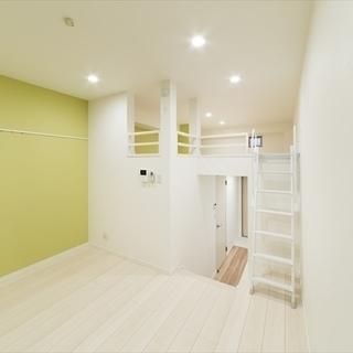 ライムグリーンのアクセントクロスが映えるお部屋♪ 天井高く、開放感...