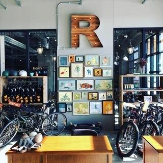 自転車・スケボーなどを扱う次世代型CAFEのスタッフ TREX K...