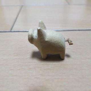 めちゃめちゃ小さな木製ブタの置き物
