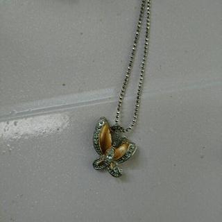チョウのネックレス