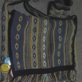 民族系のかばん。