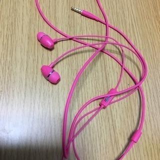 ピンクカラーのイヤホン