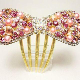 ピンクのリボン型髪飾り ビジュー、パール - 服/ファッション