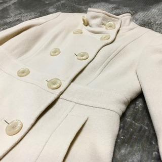 大きなボタンがキュート!アイボリーのコート。