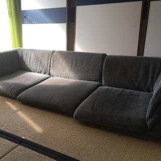 足が伸ばせるソファです