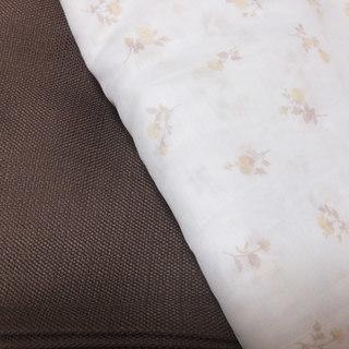ブラウンのカーテンとレースカーテンのセット