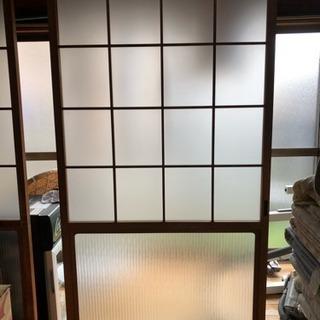 古い木製の引戸。押し入れの襖。