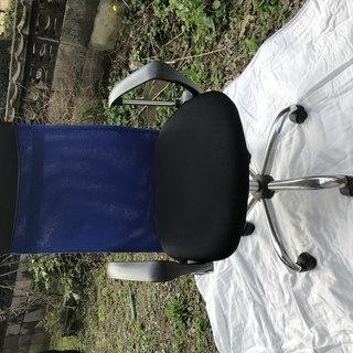 キャスター付き頭までスッキリの事務用椅子
