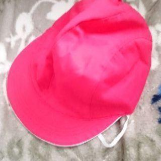 取引中。小学校の体育の授業で使う赤帽子