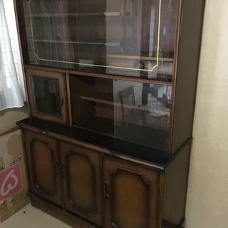 重厚なガラス扉の木製キャビネット