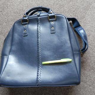 ビジネスバッグ? リュックのように掛けられます。