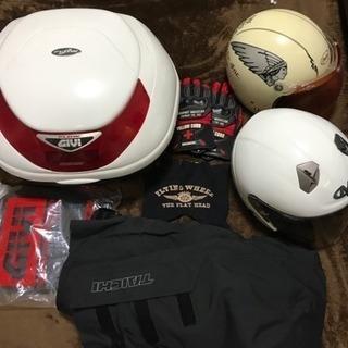 GIVIのリアボックスとインディアンモータースのヘルメット