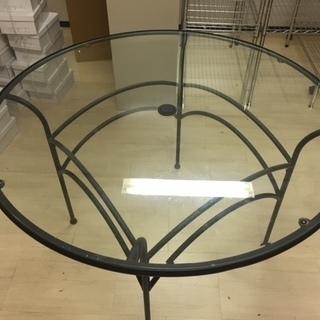 ガラステーブル(大)+椅子5個付きです。