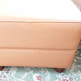 カリモク 本革製のオットマン ライトブラウン 木製足つき 47c...
