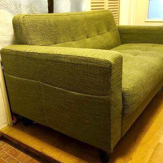 目に優しいグリーンのソファーです