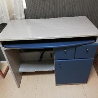 パソコンデスク 机 お洒落な配色、便利なコンセント付きです!