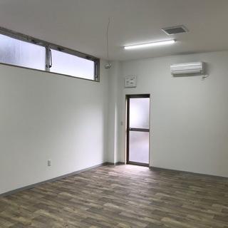 小さな貸事務所です。エアコン有り。車庫一台付き。