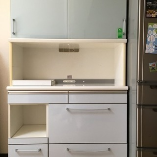 日本製の食器棚(幅114.5㎝)