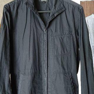 黒い薄手のジャケット