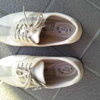 薄茶と薄いべいじゅ色の靴