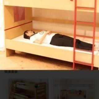 赤いフレームがポイント!モダンな2段ベッド