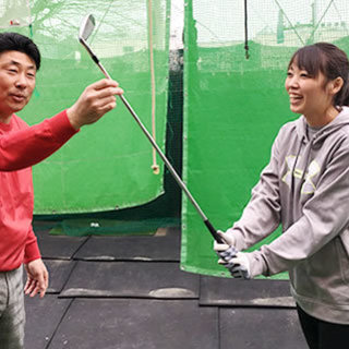 練習場とコースで、技術と心理を学べるゴルフスクール(遠方からで...