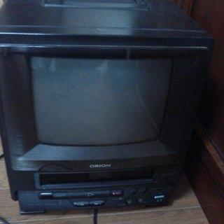 VHSビデオデッキ付きポータブルTV。AC100V・DC兼用。無...
