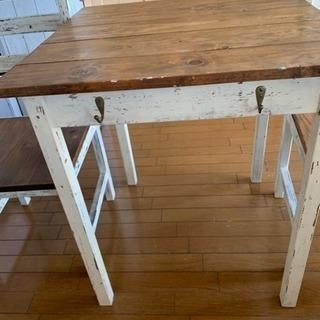 フレンチシャビィなおしゃれなテーブルと椅子