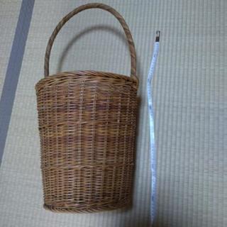細長 籐のカゴ