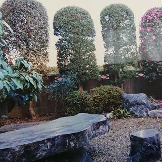 石のテーブルとイス5点セットと庭石