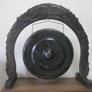 大型の銅鑼(枠・ばち付き)