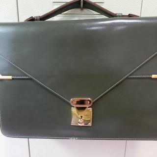 アタッシュケース風グレーのバッグ