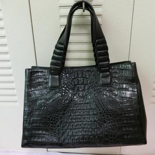 黒のクロコダイル革のハンドバッグ