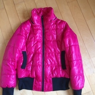 ピンクのダウンジャケット