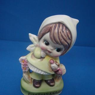 レトロ調の陶器製少女像貯金箱