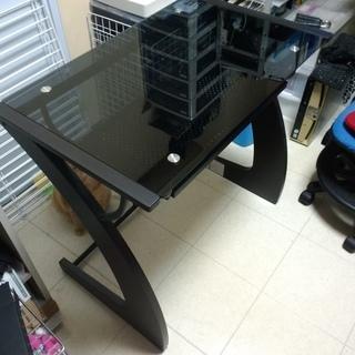 ガラス天板の机です