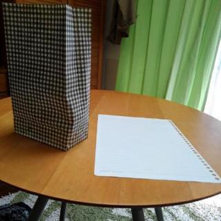 ギンガムチェックの紙袋とルーズリーフ用の紙