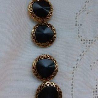 飾りボタン(金色の縁取り)4個