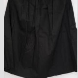 黒の膝丈スカート